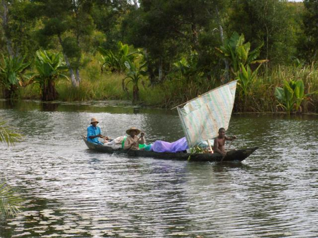 le Canal des Pangalanes naviguer en pirogue