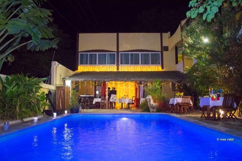 Hôtel – vue piscine soir